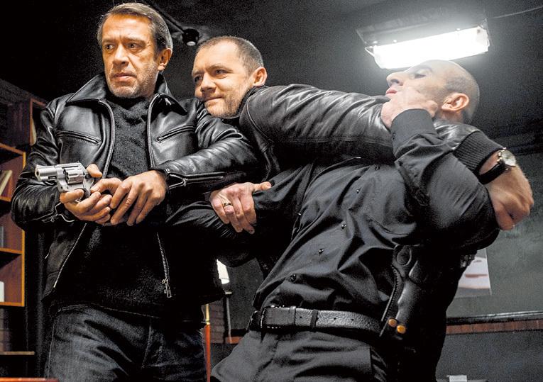 Денис (в центре) в только что закончившемся сериале «Налёт» с Владимиром МАШКОВЫМ (слева). Фото пресс-службы Первого канала