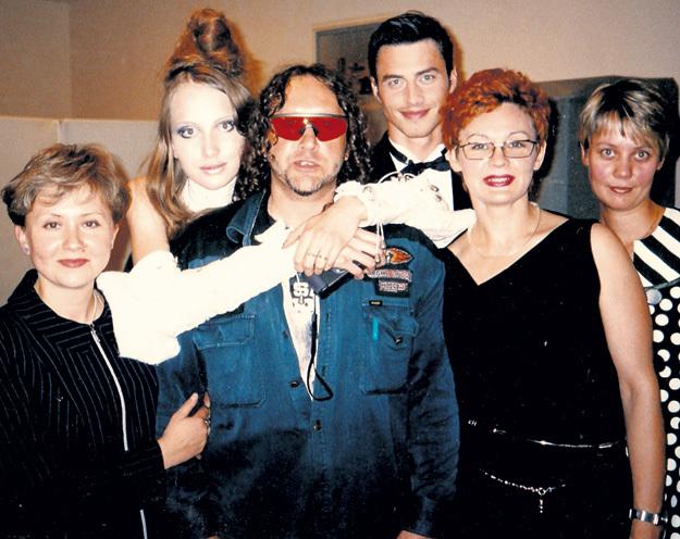 Байкерский имидж Егора ЗАЙЦЕВА (в центре) вызывал сильное удивление у коллег по Дому моды
