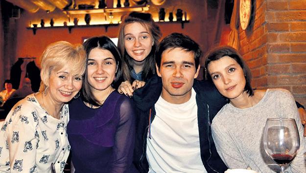 Любимые женщины Пети: мама Алла Викторовна, сёстры Маша и Лена и девушка Настя. Фото: vk.com