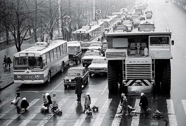 Дети и БелАЗ, Минск, 1980 г. Источник: dlyakota.ru
