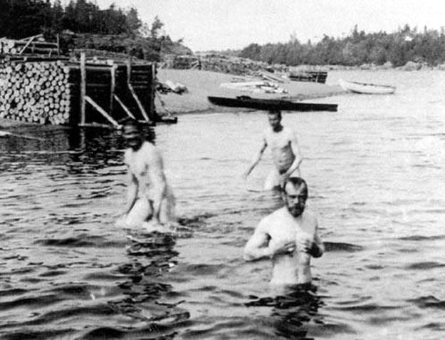 Царь всея Руси Николай Второй купается. Начало XX века. Вполне человечный такой человек
