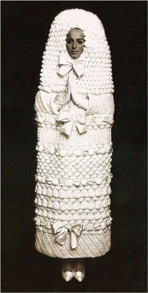 Этим платьем Ив Сен-Лоран хотел показать, как чувствовала себя женщина из 60-х в браке. Фото: adfaver.ru
