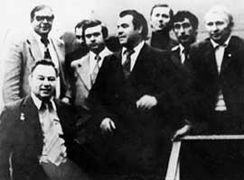 ДНЕПРОПЕТРОВСКИЕ РАКЕТЧИКИ НА БАЙКОНУРЕ: внизу - космонавт Георгий Гречко, крайний справа - Леонид Кучма