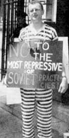 &#034ПРАВОЗАЩИТНИК&#034 ЛЕВ ТРАХТЕНБЕРГ: в 2000 году в тюремной робе пикетировал российское генконсульство в Нью - Йорке