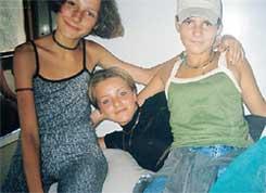 ТРИ ДЕВИЦЫ: Юля (в центре) никогда не брезговала стаканчиком первача