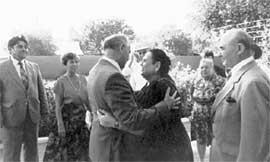 ПОСЛЕДНЕЕ &#034ПРОСТИ&#034: после этого поцелуя Горбачев уедет в Москву и официальным опекуном его матери станет Андрей Разин. Пока же его бабушка (женщина справа) всего лишь горничная в доме президента