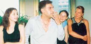 ТИГРАН КЕОСАЯН НА РЕПЕТИЦИИ: Наталья Громушкина (крайняя справа) пока еще трепетно внимает мэтру