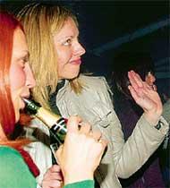 СМЕРТИНА: пила шампанское из горла!