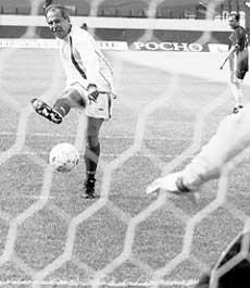 ПЕНАЛЬТИ: мяч, запущенный министром иностранных дел Сергеем Лавровым всегда улетал за границу футбольного поля
