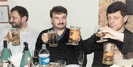ВЛАДИСЛАВ РЕЗНИК, ГЕРМАН ГРЕФ, ДМИТРИЙ КОЗАК: российские политики оттягиваются с немецким пивком. Фото Анатолия Белясова