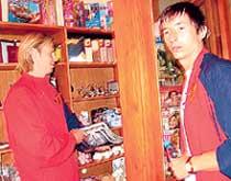 КАРЯКА И АЛДОНИН: покупали в местном магазине мужские журналы