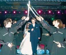 ДРЕВНИЙ ОБЫЧАЙ: на счастье молодые должны пройти под поднятыми мечами