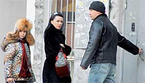 НАСТЯ С МУЖЕМ ДМИТРИЕМ И ДОЧКОЙ АНЕЙ: перед подъездом своего московского дома