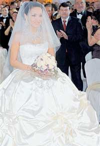 НЕВЕСТА: ее белоснежное платье эффектно смотрелось на фоне стен, декорированных сиреневой и розовой тканью