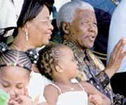 МАНДЕЛА С ЖЕНОЙ: супруга приглядывала за экс-президентом ЮАР, а он - за невесткой