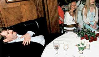 ХРАП СПЯЩЕГО ЕВГЕНИЯ КИСЕЛЕВА: разносился по всему клубу. Сидящая рядом Елена Корикова так хохотала над пьяным соседом, что чуть не описалась