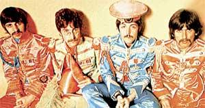 РЕДКИЙ КАДР: на съемках разворота для альбома «Клуб одиноких сердец сержанта Пеппера» (1967 г.), Маккартни позирует в фуражке