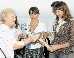 В ГЕЛЕНДЖИКЕ (2004 г.): Надежда Репина (слева) дарит сувениры Милле Йовович и Галине Логиновой