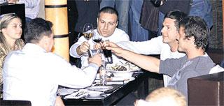 СПОРТСМЕН (КРАЙНИЙ СПРАВА): употребляет виски с колой