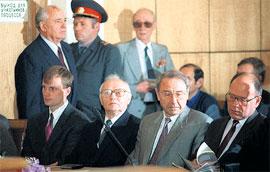 СУД НАД ГКЧП: Крючков на скамье подсудимых рядом с Олегом Баклановым (справа). Михаил Горбачев (слева, стоит) был приглашен как свидетель (фото Stringer - Rus)