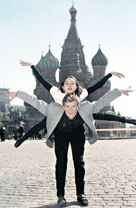АНЖЕЛИКА КРЫЛОВА И ОЛЕГ ОВСЯННИКОВ: даже на Красной площади, и без коньков, могут выполнить любую поддержку