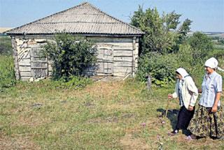ЕЖЕДНЕВНЫЙ РИТУАЛ: Анна Колесникова с дочкой обходят заколоченные дома высланных немцев