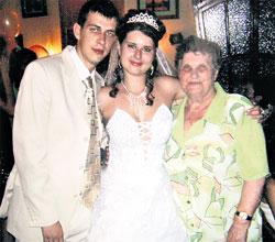 СВАДЬБА СТАРШЕЙ ДОЧЕРИ ХОЯ: мама Юры Мария Кузьминична с молодоженами Ириной и Евгением. Женя после бракосочетания взял фамилию Клинских (август 2006 г.)