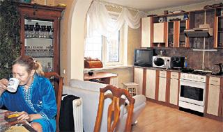 Лариса Викторовна у себя на кухне. Ряд предметов интерьера Наталья привезла из Италии