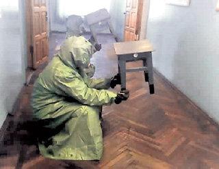 Сидеть час на корточках в жарком помещении - издевательство на грани пытки