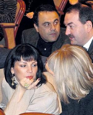 Вдову АБДУЛОВА Юлию тенью сопровождал её друг Алексей ОРЛОВ (крайний справа)