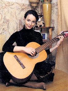 В редкие минуты отдыха звезда любит импровизировать на гитаре