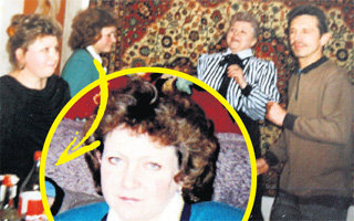 Евгений Борисович (на фото с бутылкой) не раз омрачал соседские посиделки. Елена ПУГАЧЁВА – на снимке в круге