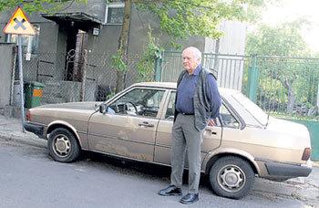 Пан ТУХОЛЬСКИЙ до сих пор живёт в особняке, который так любила его супруга, и ездит на той же старенькой «ауди»