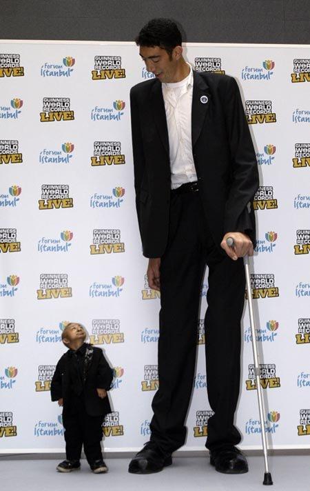 Самый большой человек в мире и самый маленький наконец-то встретились. Фото: АР