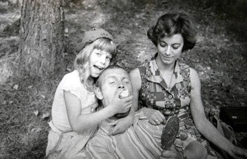 Яна ПОПЛАВСКАЯ с мамой и Леонидом НЕЧАЕВЫМ на съёмках Красной шапочки