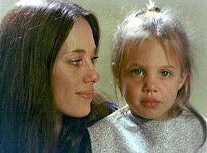 Маленькая Анджелина с матерью Маршелин
