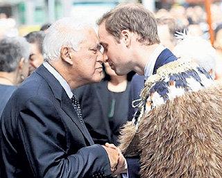 Бывший генерал-губернатор страны Поль РИВС потёрся носом об нос высокого гостя
