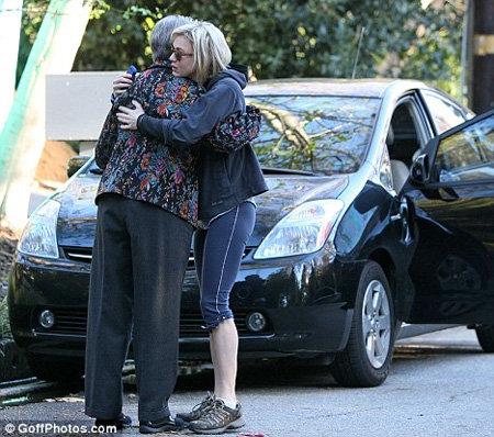 Бедная женщина так разволновалась, что актриса обняла её