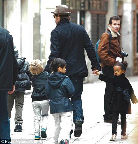 Брэд Питт с детьми. Фото Daily Mail.