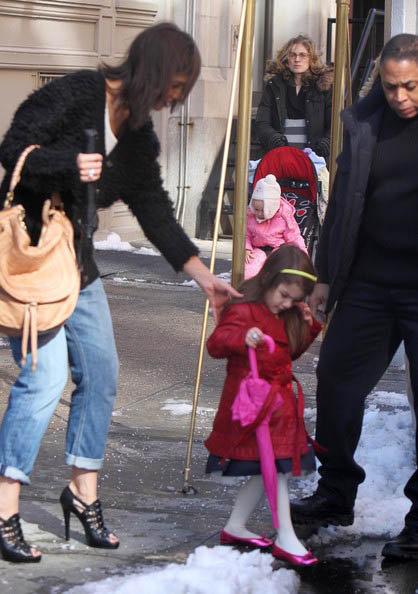 Сури Круз на прогулке с мамой. Фото: Daily Mail.
