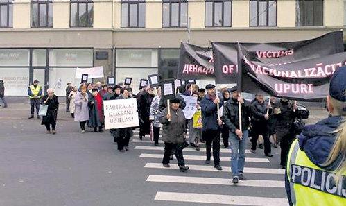 Демонстрация жильцов денационализированных домов. На заднем плане здание, в котором ВИКЕ-ФРЕЙБЕРГЕ отремонтировали квартиру за пол-миллиона латов