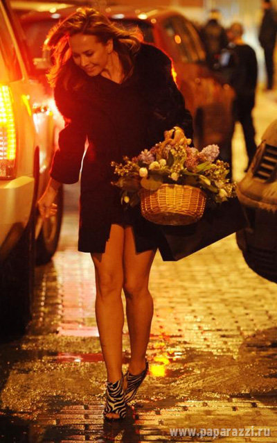 Кроме пакетика с кутюрной вещицей Жанна припасла Ане ещё и корзинку цветов