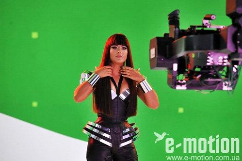 Ани Лорак в новом клипе - пока ещё одетая и с волосами (фото Е-motion.ua)