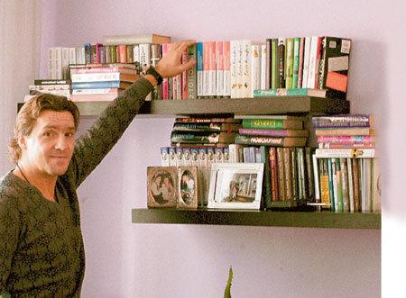 Теперь у ЮРАНА появилось время на книги - он читает в основном то, что советует ему жена