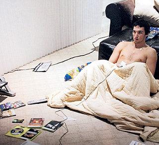 Знаменитый хоккеист любит смотреть телевизор, сидя прямо на полу