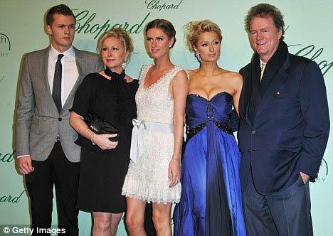 Пэрис с сестрой Ники, братом Барроном и родителями. Фото: Daily Mail