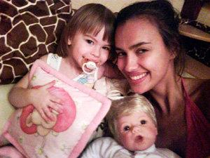 ШЕЙК (без макияжа) с племянницей – тёзкой. Знаменитая тётка привозит маленькой Иринке из-за границы кучу игрушек