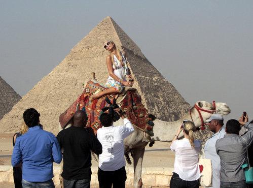 Пэрис пришла не столько на пирамиды посмотреть, сколько себя показать