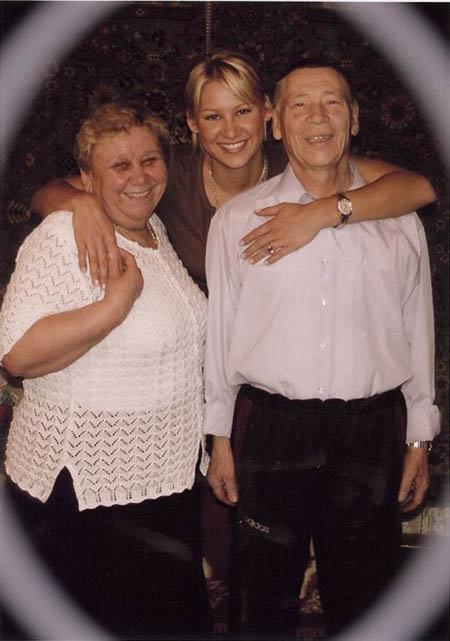 Теннисистка с бабушкой и дедушкой. Фото: kournikova.com