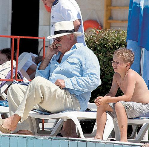 Пока мэтр МИХАЛКОВ вёл деловые переговоры по мобильнику, его внук Никита послушно сидел рядом
